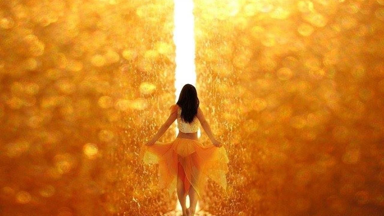 8io3tyl8t2kpydrg4eva woman in gold