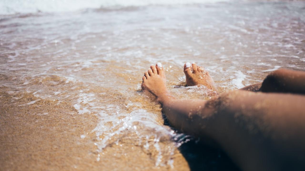 Ojxdn1eirt6nyvjvmupm waves crash on feet