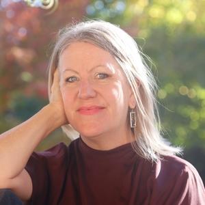 Rebe Huntman author headshot head and shoulders