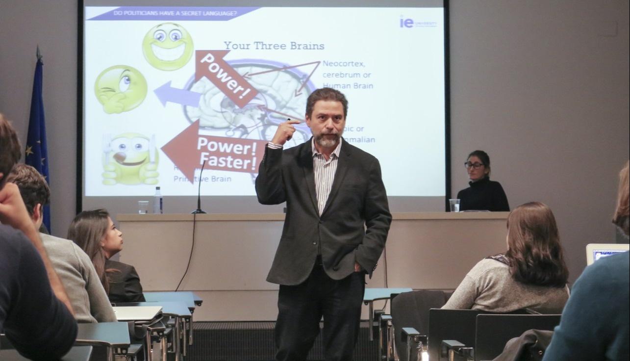 Javi Galué dando una conferencia en el Instituto de Empresa, IE University