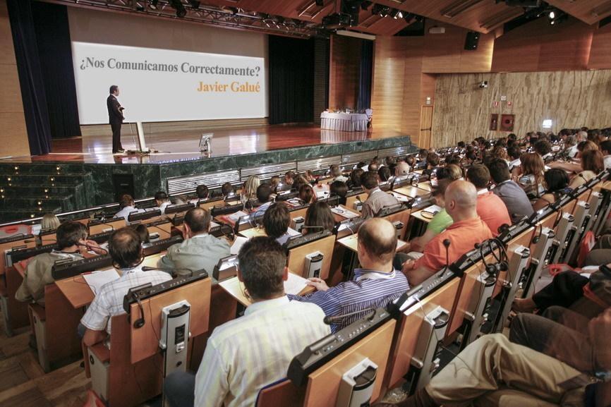 Javi Galué dando una conferencia sobre persuasión y emoción, Madrid, España