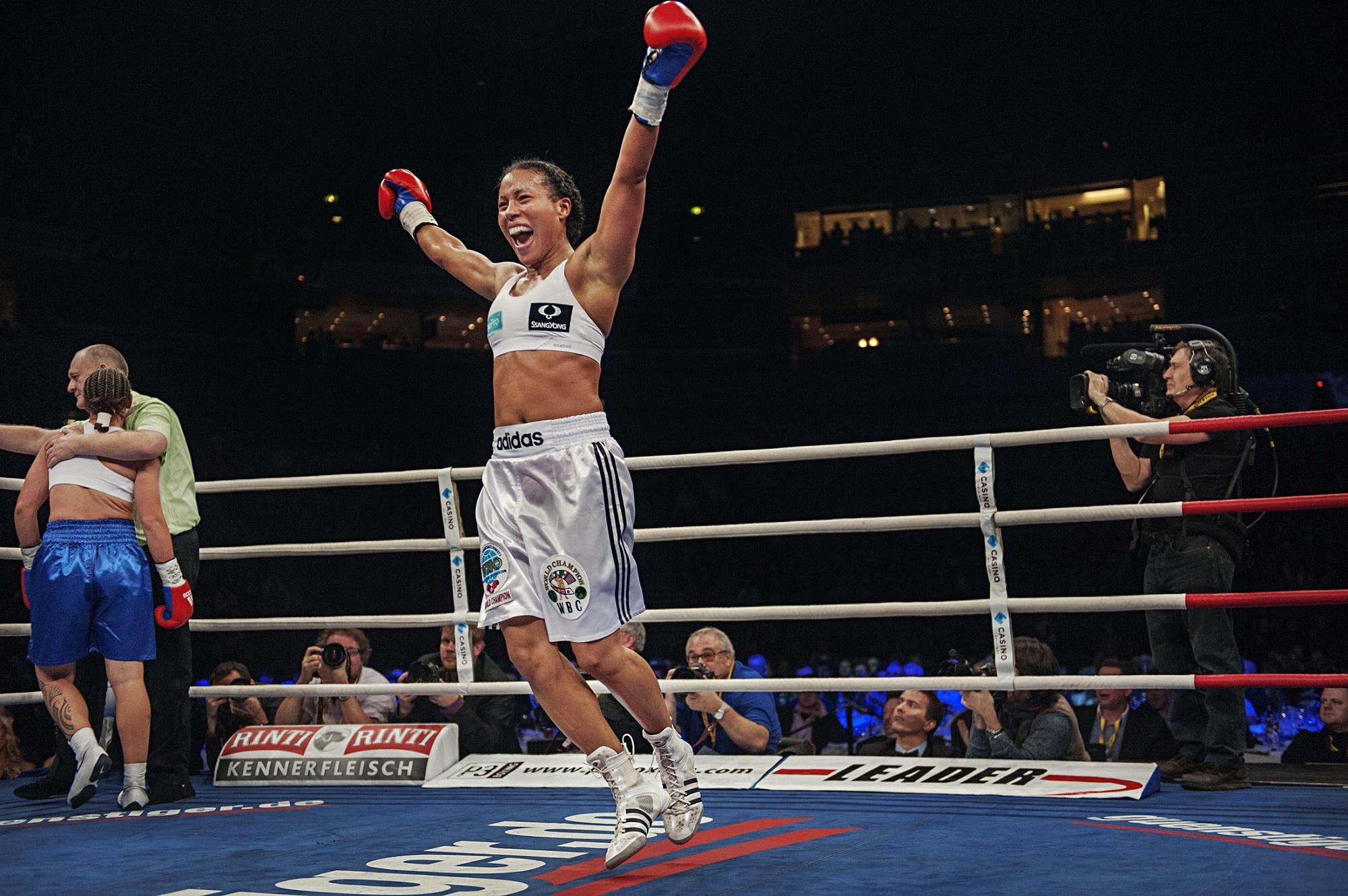 Bilde av Cecilia Brækhus som vinner en boksekamp: Foto: Benjamin Ward