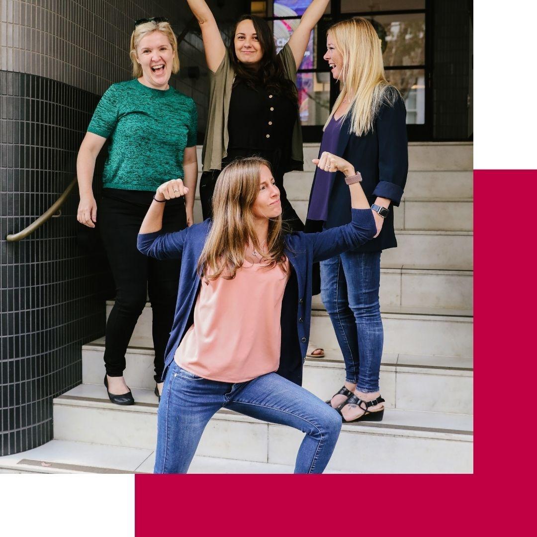 Gruppe fröhliche Frauen auf Treppe