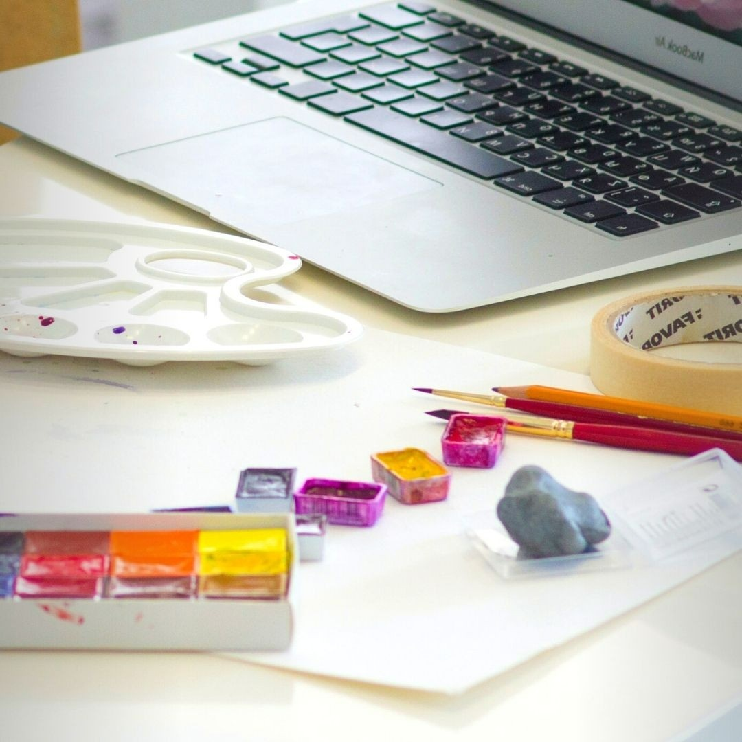 Virtual art course on a laptop