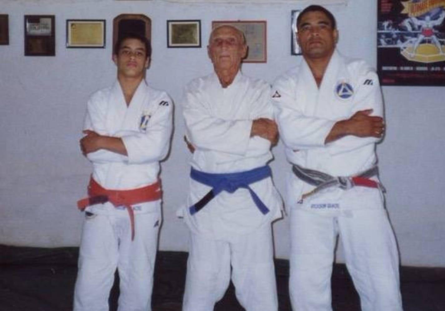 Helio Gracie wearing his blue belt.