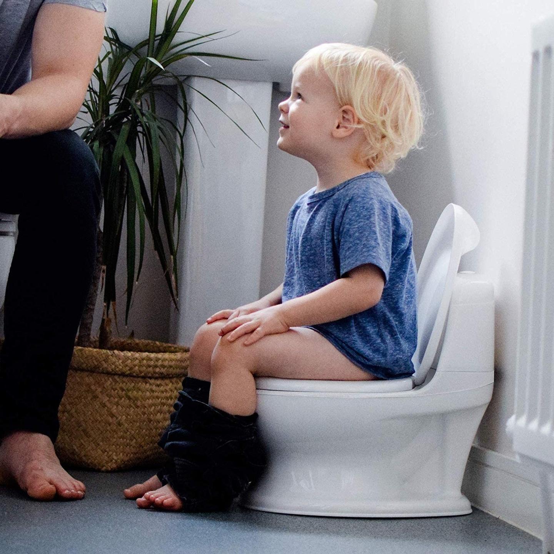 Enfant sur le pot pour l'acquisition de la continence