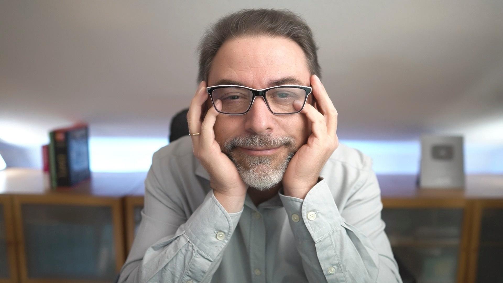retrato Javi Galué para cursos online de OBS- Zoom - Youtube - Hablar a la Cámara - Neurocomunicación - Habilidades de Comunicación - Comunica y Conecta