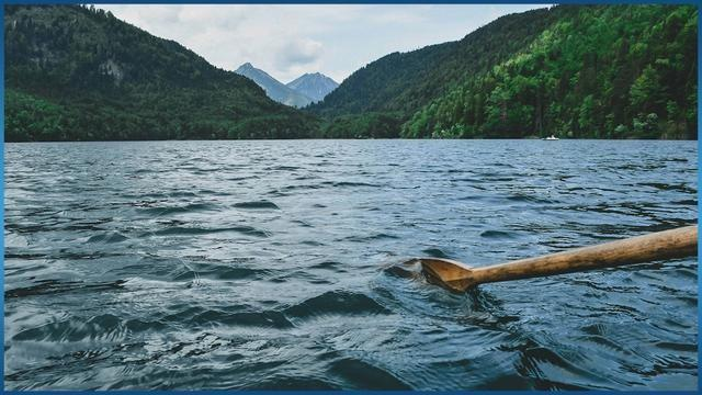 Oar rowing in river